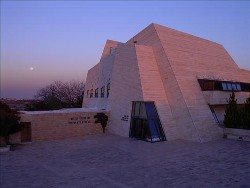 pix-Yeshivat Har Etzion building with moon